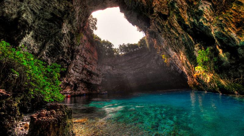 Пещера и озеро Мелиссани (Melissani) на острове Кефалония, Греция