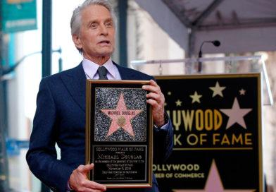 Майкл Дуглас (MichaelDouglas) удостоен именной звезды на «Аллее Славы» вГолливуде