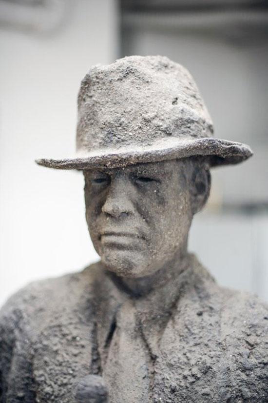 """James Croak скульптура из серии """"Грязный человек"""" (Dirt Man)"""