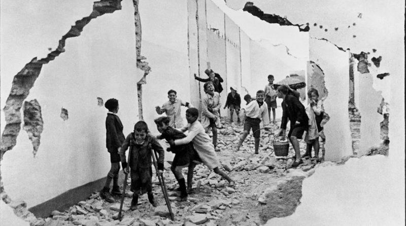 Henri Cartier Bresson Группа детей играет среди обломков, Севилья, Испания